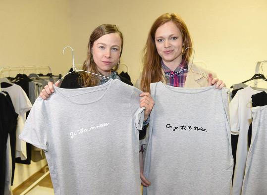 Obě dámy s tričky, jejichž nápisy je charakterizují.