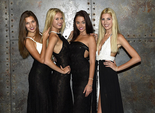 Děvčata jsou na Ples v Opeře připravena.