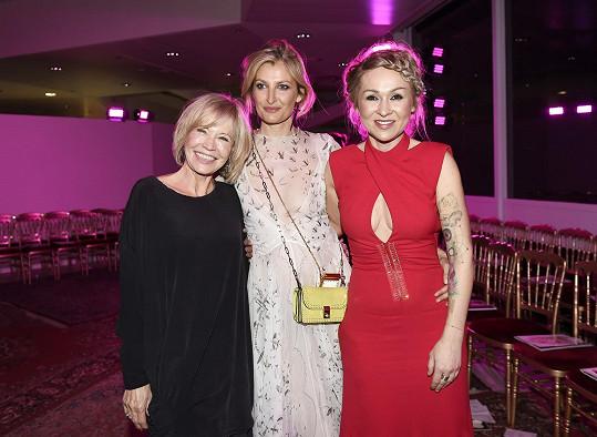 Tereze Maxové, která na fotce pózuje s herečkami Janou Švandovou a Kairou Hrachovcovou, se podařilo během večera vybrat 1 589 000 korun.