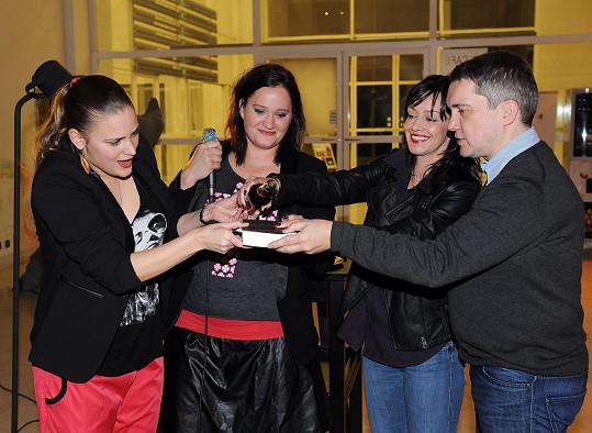 Za kmotry byli Miloš Urban, Tereza Brodská a Vladivojna La Chia.