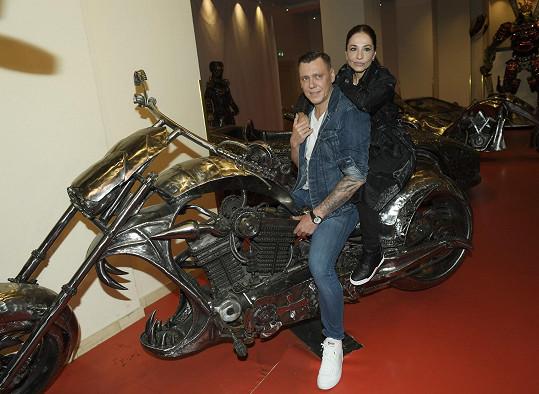 Michaela Kuklová s přítelem Josefem vyrazila do galerie ocelových figurín.
