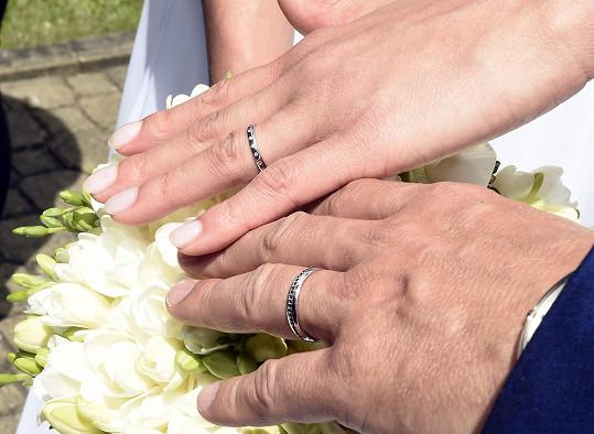 Snubní prsteny s bílými a černými diamanty.