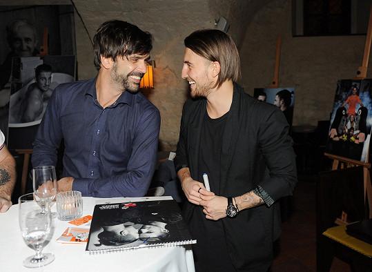 Marek Šíša v družném hovoru s Lukášem Váchou, který křtil kalendář Nadace Zdeňka Milera.