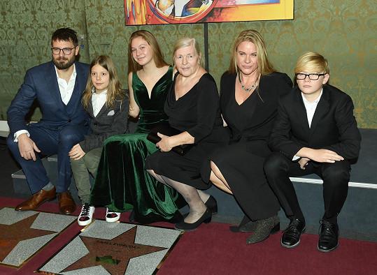 Rodina Svobodova - zleva Petr se synem, sestra Karla Svobody a Svobodova dcera Jana s dětmi