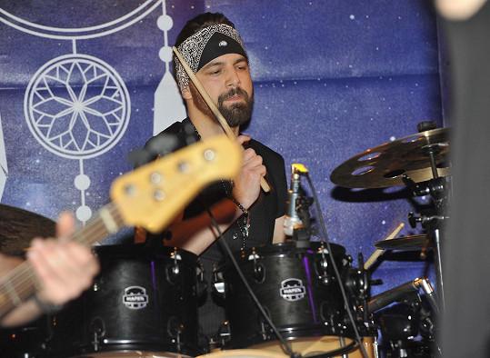 V kapele hraje Lukáš jako bubeník.