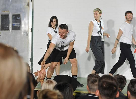 Lindner se svým týmem na týdnu módy nepředvedl pouze svou tvorbu, ale také scénické představení.