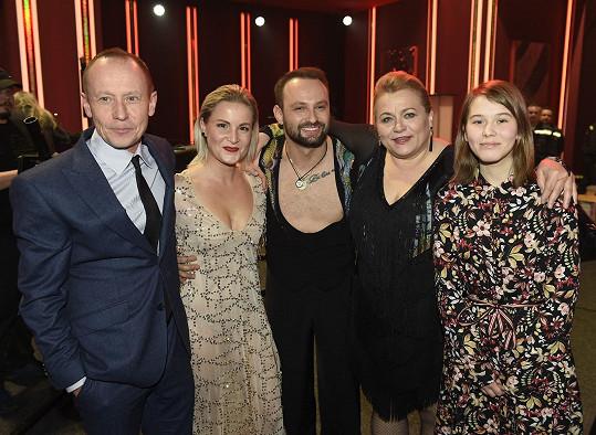 Ani na semifinálovém kole v publiku nechyběl manžel Tomicové, herec Ondřej Malý, a jejich dcera Anežka. Na snímku s manžely Dědíkovými.