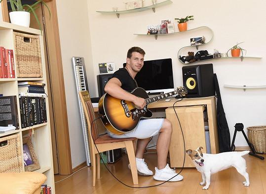 V obývacím pokoji také často hraje na kytaru a skládá vlastní hudbu.