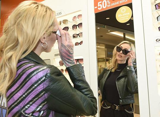 Vybírala brýle, kterými by ještě ozvláštnila svoji image.
