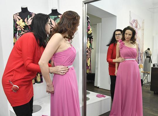 Růžový model by mohla obléknout málokterá žena.