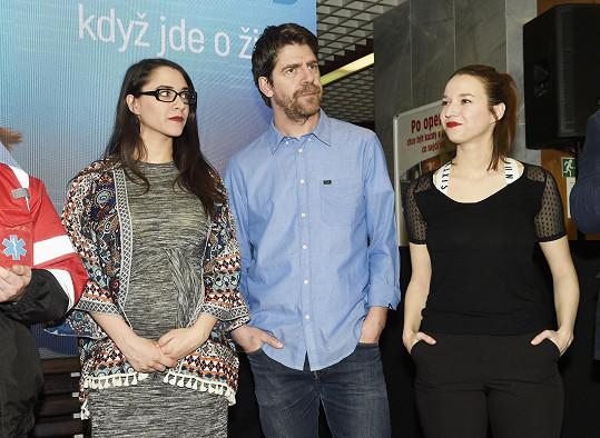 Eva s kolegy Berenikou Kohoutovou a Viktorem Limrem při představení seriálu Modrý kód.