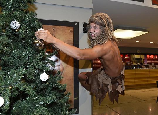 Herec ztvárňuje Tarzana ve stejnojmenném muzikálu.