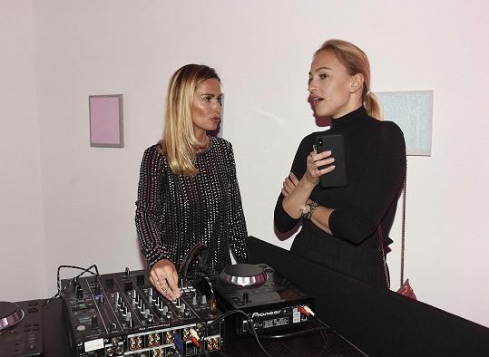 V družném rozhovoru na party s DJkou Luccou