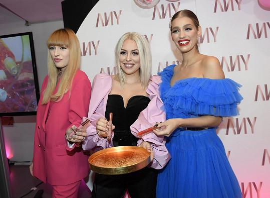 Any (uprostřed) s návrhářkou Vandou Jandou (vlevo), která akci moderovala, a Jasminou Alagič, která se stala kmotrou nových rtěnek.