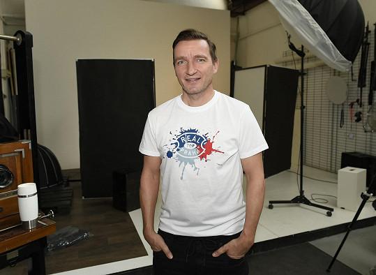 Vladimír Šmicer nafotil s kolegy sportovci kolekci triček, jejíž výtěžek půjde na charitu.