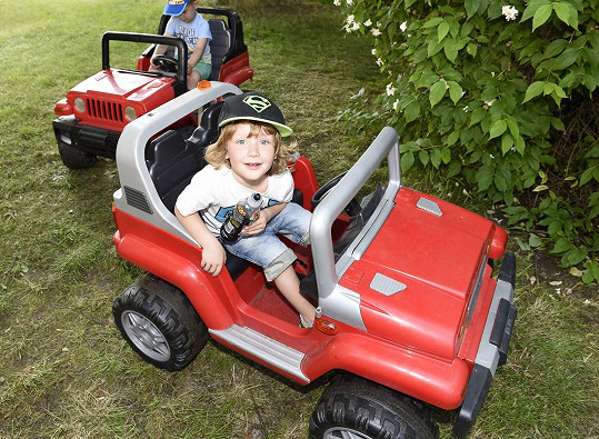 Max byl ale spokojenější v autíčku, které mohl řídit sám.