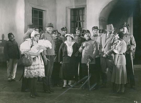 Začátky u filmu - Jiřina Štěpničková ve filmu Miláček pluku (1931)