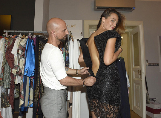 Katce pomáhal s výběrem outfitů na festival stylista Filip Vaněk.