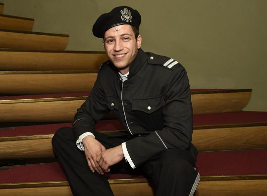 Milan ve vojenské uniformě