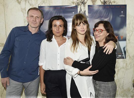 Herečka s režísérkou Beatou Parkanovou a filmovými rodiči Martinem Fingerem a Alenou Mihulovou