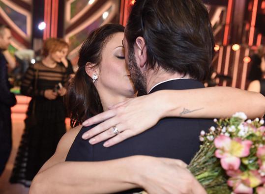 """Dostala od něj polibek a kytku a poděkovala, že to s ní """"dal""""."""