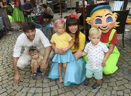 Karol má už své fanoušky. Obdivují ji například děti muzikálového kolegy Romana Tomeše.