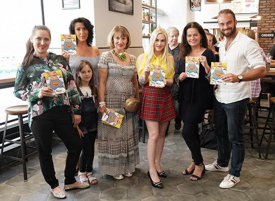 Spolu s dalšími známými tvářemi šli za kmotry knížce Alexandry Veliké (blondýnka uprostřed).