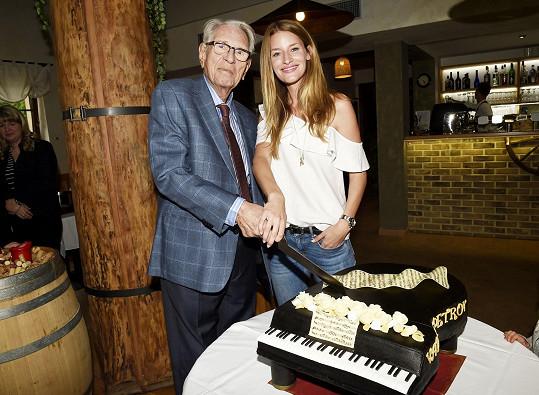 Vadim Petrov starší slavil pětaosmdesátiny. Na snímku s vnučkou Lindou Vojtovou.