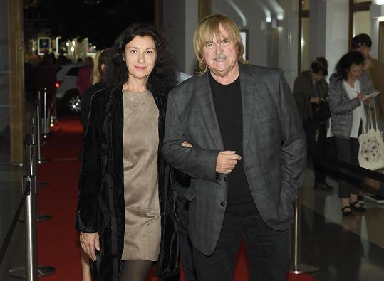 Karel Vágner s partnerkou na premiéře dokumentu Karel