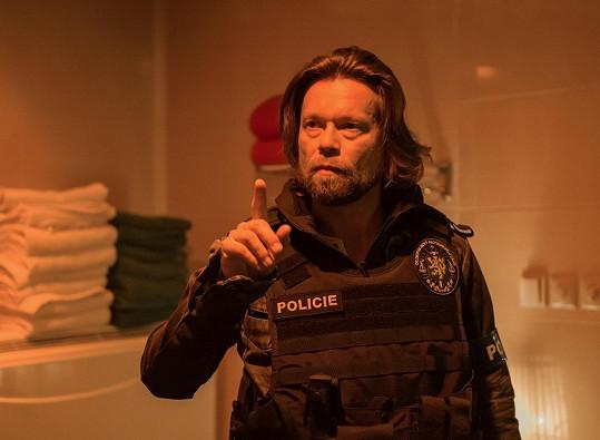 Na obrazovce se objeví v roli policisty.