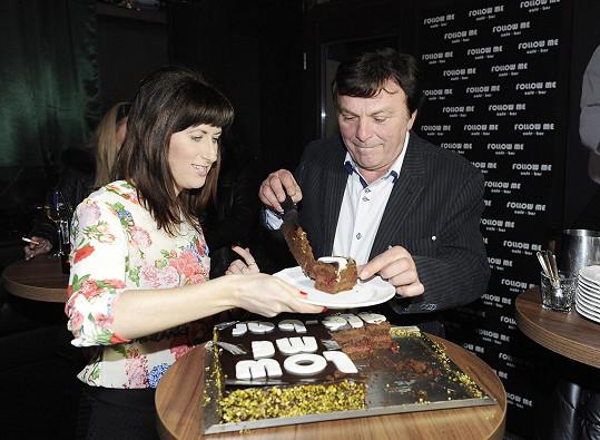 Galantně jí uřízl kus slavnostního dortu.