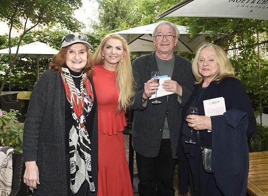 Na křtu knihy Martiny Formanové se sešel s kolegyní Evou Holubovou a s výtvarnicí Věrou Křesadlovou.