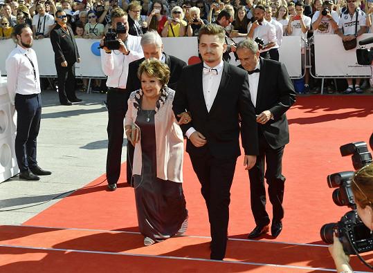 Jiřinu Bohdalovou doprovodil do Varů vnuk.