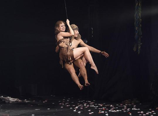 I krásnou Jane v pohodě zhoupne na laně.