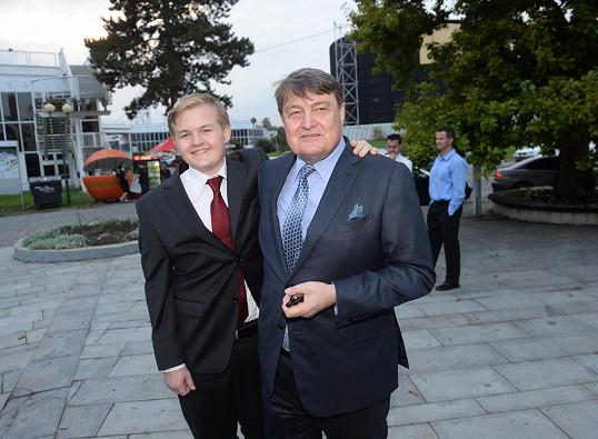 Artur dorazil do divadla s tátou Ladislavem Štaidlem.