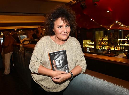 Jitka Zelenková s knihou o Pavlu Vrbovi