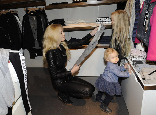 S dětmi vyrazila na nákupy vánočních dárků.
