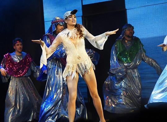 Na jevišti v muzikálu Mýdlový princ obléká hodně sexy kostýmy.
