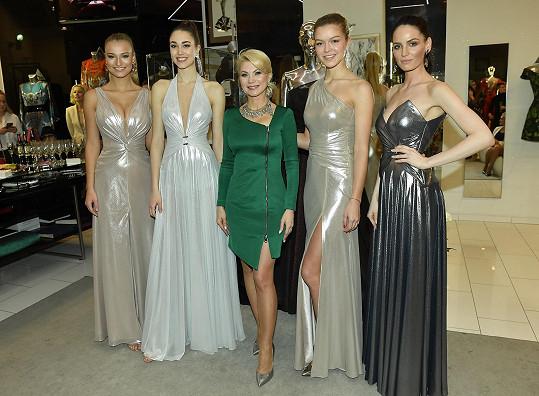 Denisa (drhá zleva) a Kateřina (vlevo) spolu s kolegyněmi ze soutěže a návrhářkou (uprostřed)
