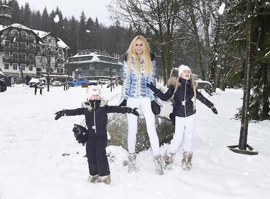 Na focení ve Špindlu ji pravidelně doprovázejí dcery.