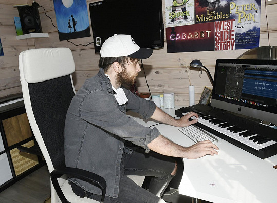 Ve své pracovně maká na nových písních.