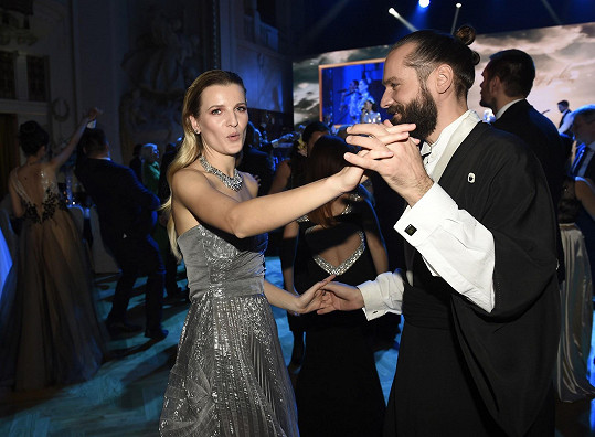 Veronika si na plese zatančila s kamarádem.
