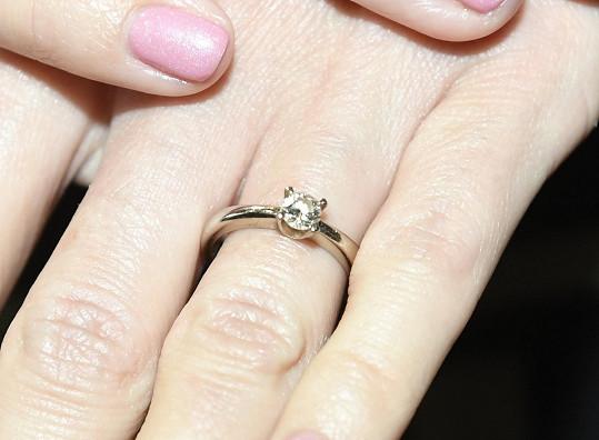 Zásnubní prstýnek už nosí dva roky.