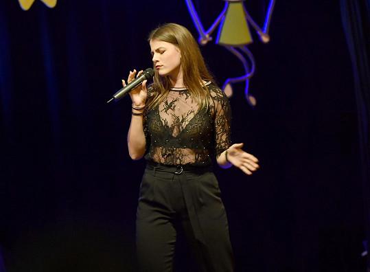 Adéla při vystoupení na Sluníčku roku