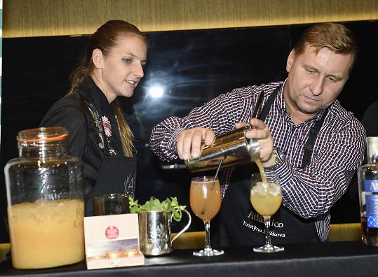 Tenistka v rámci programu míchala v kasinu ve Vestci drinky.