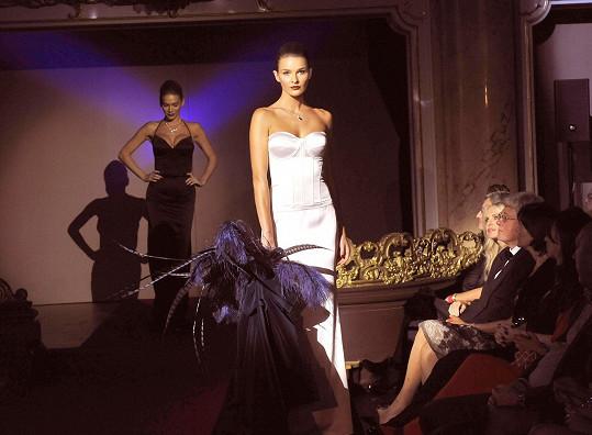 Na přehlídce vynesla korzetovou róbu modelka Nikol Švantnerová.
