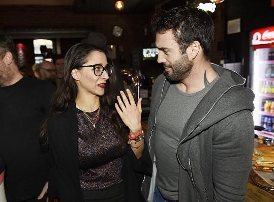 Eva vysvětlovala Noidovi, že dorazila pozdě na tiskovku kvůli natáčení seriálu.
