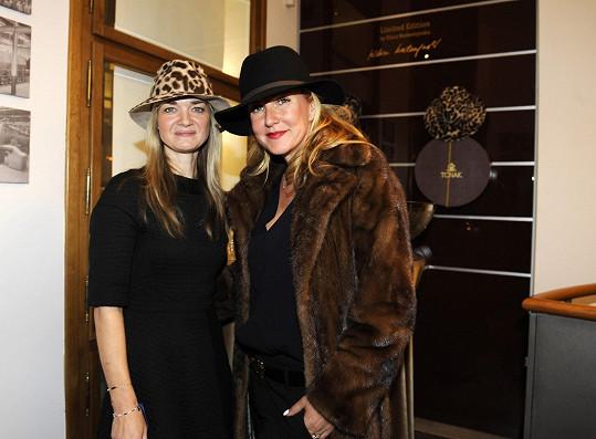 Vendula se svojí předchůdkyní Klárou Nademlýnskou, která navrhla minulou limitovanou edici klobouků.