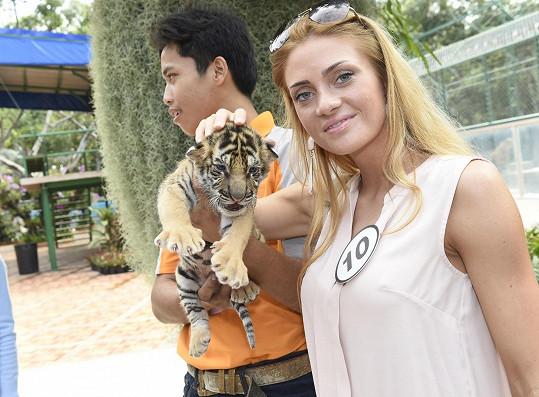 Dominika v tygří ZOO pózuje s koťátkem.