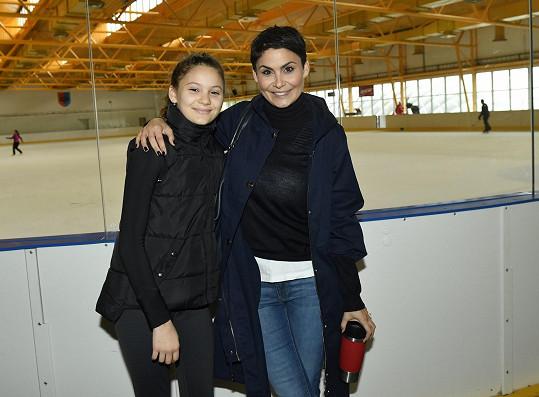 Markus hraje hokej, Viktorka se věnuje krasobruslení.